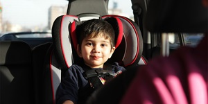 A child sitting in a car seat.